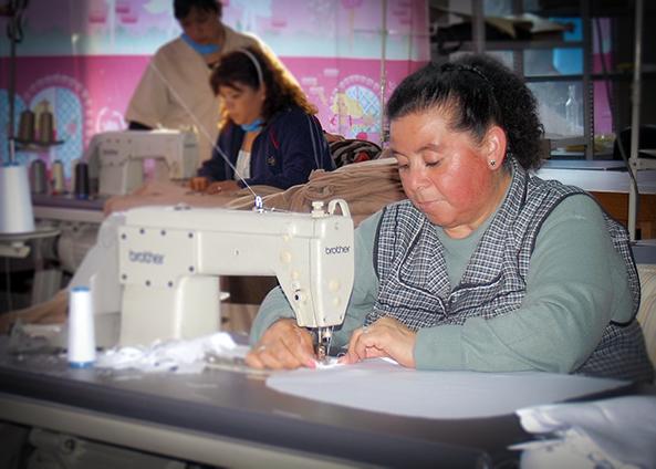 Señora manejando una máquina de coser