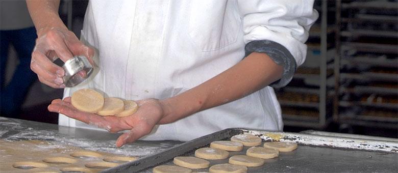 Muchacho haciendo galletas